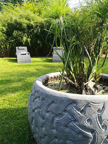 Lil'o bambous - Bac en pierre bleue aux motifs sculptés