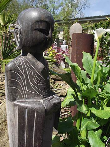 Lil'o bambous - Moine debout en pierre bleue