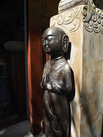 Lil'o bambous - Petit moine debout en pierre