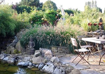 Lil'o bambous - ambiance du jardin - Abords de l'étang avec Pennisetum Hameln