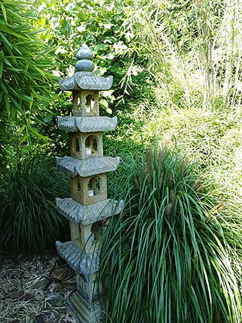 Lil'o bambous - ambiance du jardin - Pagode chinoise en pierre et différents pennisetum