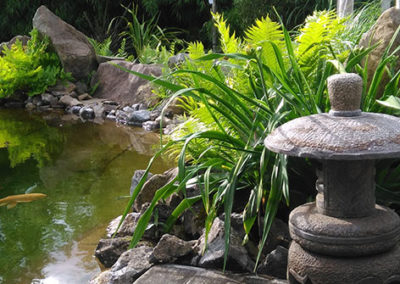 Lil'o bambous - ambiance du jardin - Pagode japonaise en pierre au bord de l'étang