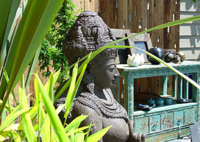 Lil'o bambous - ambiance du jardin - Statue et meuble sur la cour