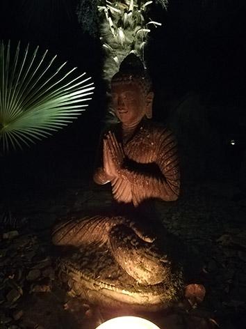 Lil'o bambous - ambiance nocturne - Bouddha thaillandais en pierre