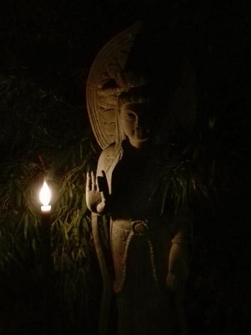 Lil'o bambous - ambiance nocturne - Statue en pierre